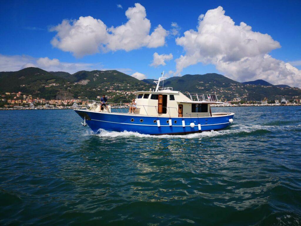 Barca blu dal magra1
